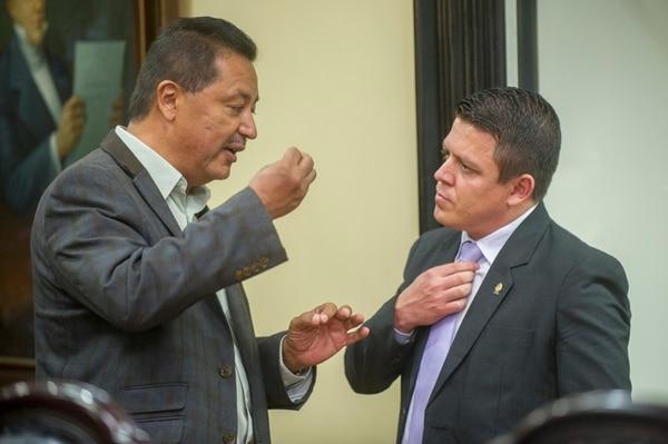 Cuatro días después de que Víctor Morales Zapata exigiera un asiento en la cita semanal de la fracción del PAC, conversó en el plenario con Franklin Corella, quien se opuso a esa petición.   JOSÉ CORDERO.