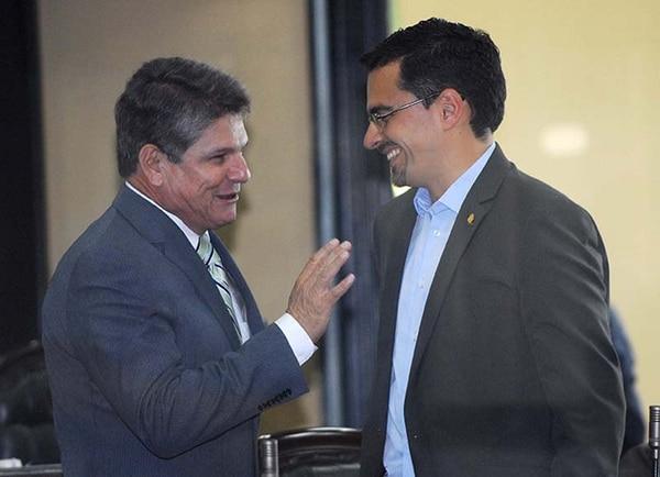 Luis Gerardo Villanueva, del PLN, comentó con José María Villalta, del FA, los resultados de la jornada electoral del domingo.