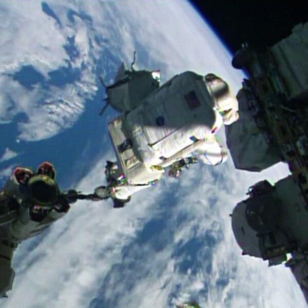 Los astronautas Reid Wiseman y Alexander Gerst realizaron su primera caminata espacial en las afueras de la Estación Espacial Internacional.
