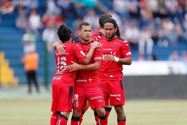 Jonathan McDonald y José Luis Cordero se unen a la celebración del gol que Allen Guevara marcó en el amistoso contra Cartaginés.