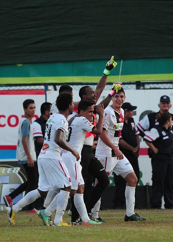 Dexter Lewis festejó el gol del domingo con sus compañeros y después con la afición. | JOHN DURÁN