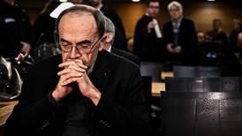 Papa acepta renuncia de cardenal francés absuelto de callar abusos sexuales