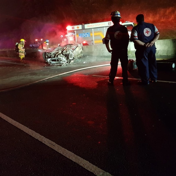 Los agentes del OIJ pidieron ayuda a Bomberos para extraer los restos de la pareja. Se presume que el exceso de velocidad pudo influir en el accidente. Foto: suministrada por Shirley Vásquez.