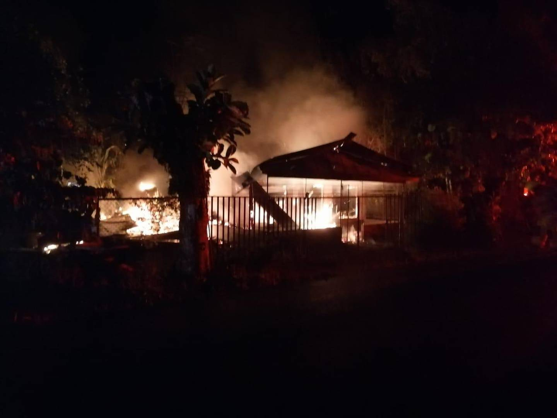 Las llamas avanzaron rápidamente y quemaron la totalidad de la vivienda en Ciudad Cortés de Osa. En el escombreo se halló el cuerpo de una mujer. Foto: Cortesía Bomberos.