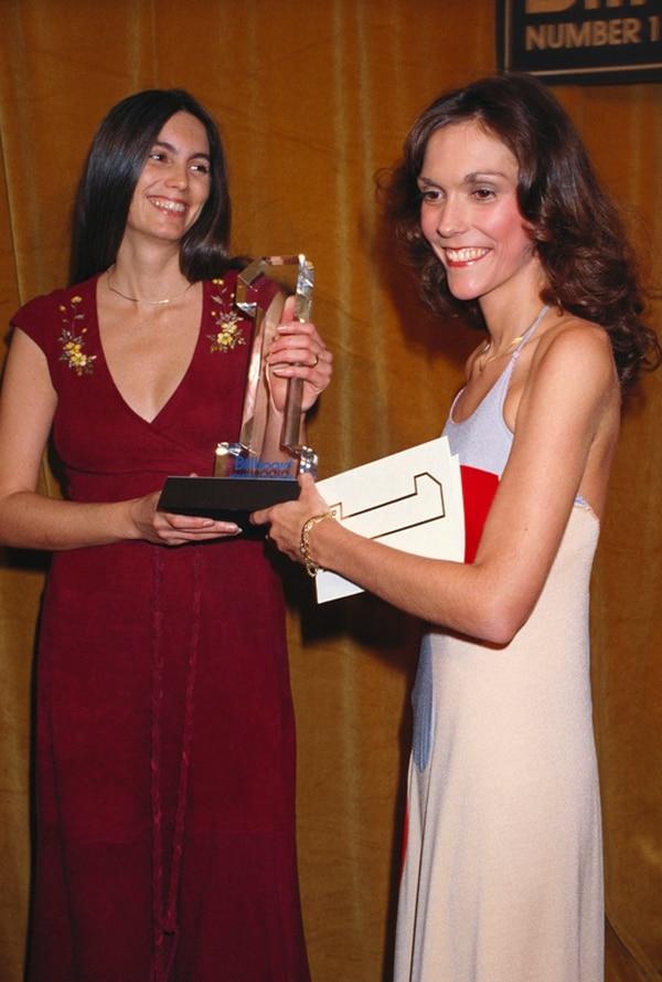 En el año 1977, cuando recibió un premio Billboard, ya era evidente el deterioro físico de Karen Carpenter. Su anorexia nerviosa la llevó a la muerte. | LATINSTOCK/CORBIS