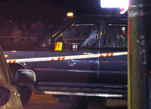 La víctima, quien quedó en el asiento del conductor, recibió los balazos cuando hacía un alto 150 metros al este del bar Saprissa, en el centro de Grecia. | RODOLFO BOLAÑOS PARA LN