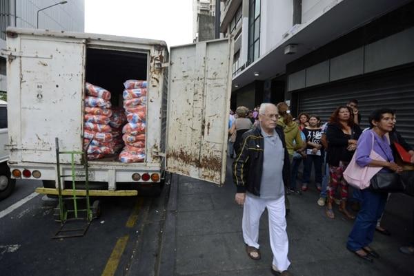 Filas afuera de un supermercado en Caracas