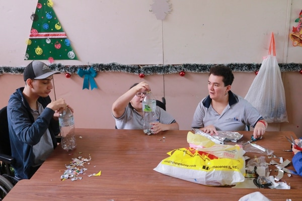Marco Jiménez, María Ixquiac y Katty Garro son parte del grupo de adultos que aprende a diario en el Instituto Andrea Jiménez. Fotografía: Jonathan Jiménez Flores para Grupo Nación