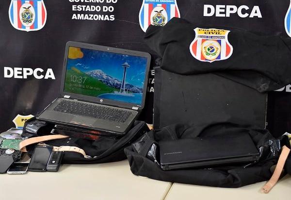 Parte de los equipos electrónicos que han sido decomisados durante el operativo Luz de Infancia, el cual suma 250 personas arrestadas. Foto: Policía Civil