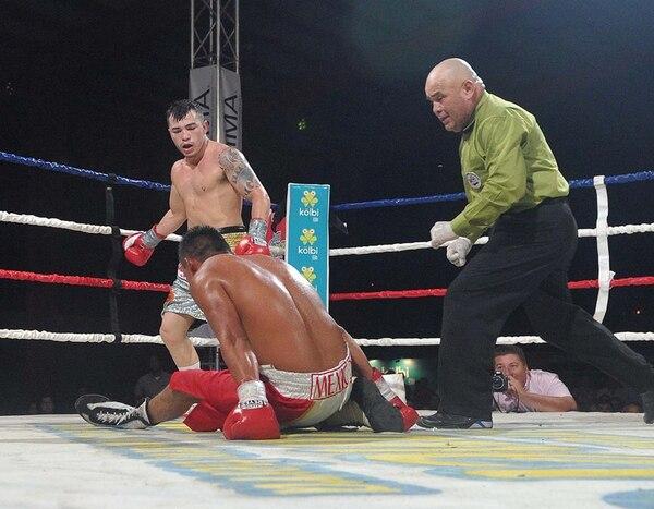 Bryan Tiquito Vásquez observa al mexicano Eugenio López tendido en la lona, luego de noquearlo en el cuarto asalto durante el combate estelar disputado anoche en la Feria Ganadera de Liberia. | MANUEL VEGA