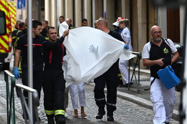 Emergency workers carry a person injured in suspected package bomb blast along a pedestrian street in the heart of Lyon, southeast France, the local prosecutors' office said on May 24, 2019. - Several people were wounded by a suspected package bomb blast on a pedestrian street in the heart of Lyon in southeastern France, the local prosecutors' office said. The area where the explosion occurred, on the narrow strip of land between the Saone and Rhone rivers in the historic city centre, has been evacuated, according to AFP journalists at the scene. (Photo by PHILIPPE DESMAZES / AFP)
