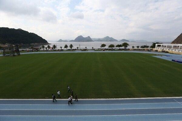 La cancha del estadio Claudio Coutinho, en la Escuela de Educación Física del Ejército, está a la par del mar. | EFE