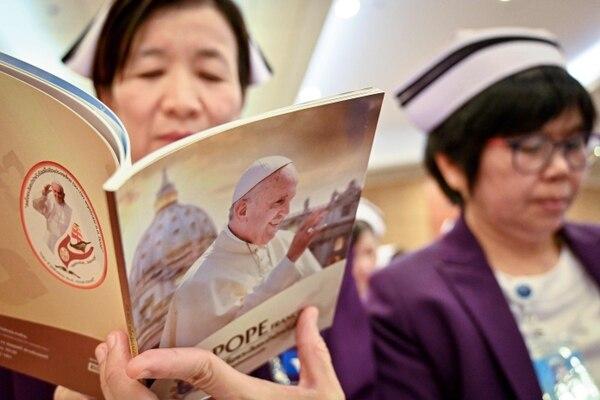 Una monja que labora en el Hospital San Luis, en Bangkok, leía una publicación relacionada con el papa Francisco, este viernes 13 de setiembre del 2019.