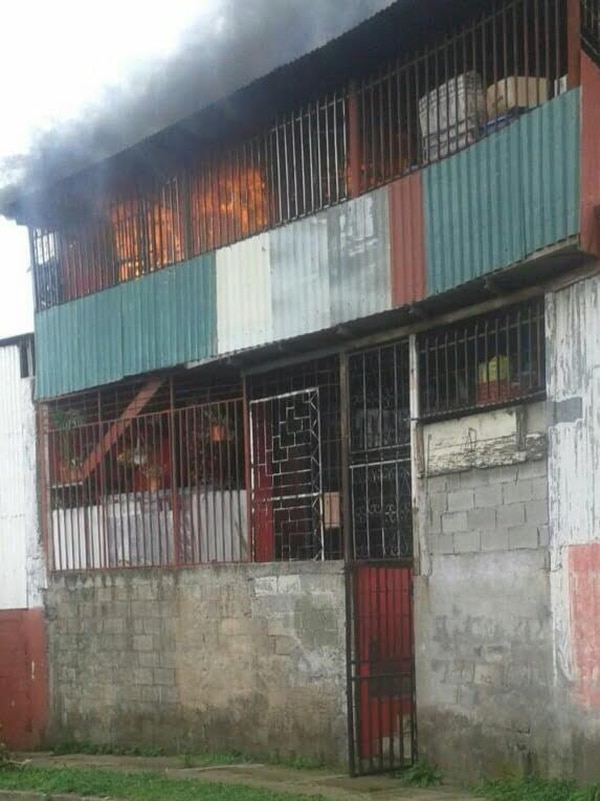 En cuestión de minutos, las llamas devoraron la parte alta de la construcción.