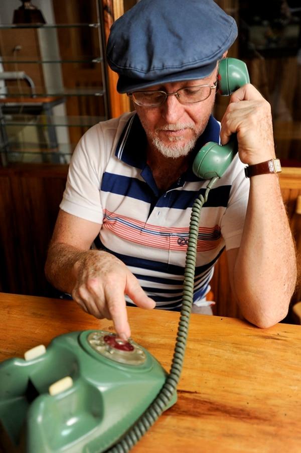 El ICE afirma que el ajuste lesiona sus ingresos pues la mayoría de llamadas de teléfonos fijos es a móviles. Miguel Arroyo vive en Desamparados.   LUIS NAVARRO.