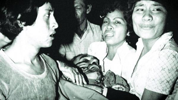 En el borde derecho se ve a Rosa Hernández cuando ayudaba a trasladar a Monseñor Romero hacia el Hospital Policlínico.