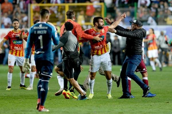 Aldo Magaña se abraza con el técnico Hernán Medford, tras concluir el partido donde Herediano derrotó 3-2 a Saprissa y se dejó el título 27. Magaña fue el autor del gol del triunfo.Fotografía: Diana Méndez