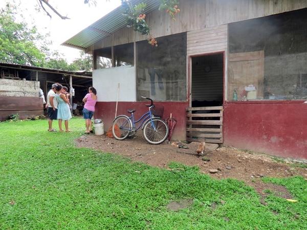 Aquí vivía el menor que murió víctima del virus de la rabia. La casa está en Tinoco, en Palmar Norte. En este lugar, Salud y Senasa desarrollan un intenso operativo de vigilancia y vacunación.   ALFONSO QUESADA PARA LN