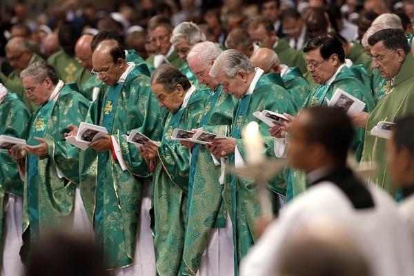 Prelados durante la apertura del sínodo de obispos en la Basílica de San Pedro.
