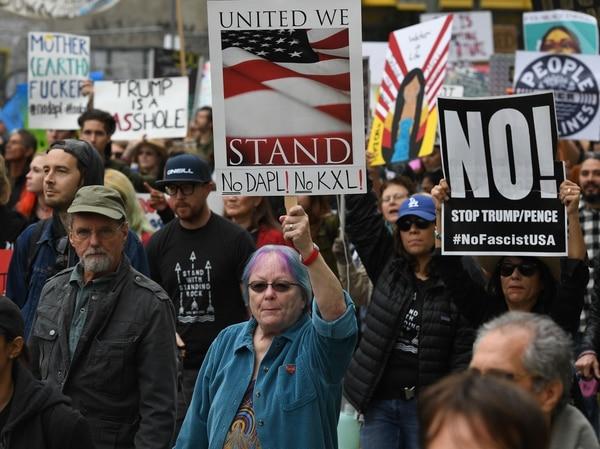 Manifestantes marcharon el 5 de febrero de 2017 hacia el edificio federal en Los Ángeles, California, en protesta contra el anuncio del presidente Trump de autorizar la construcción de los oleoductos Keystone XL y Dakota Access.