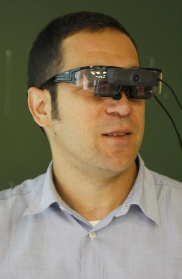 Científicos de la Universidad Carlos III de Madrid crearon unos lentes que, con realidad aumentada, permiten al profesor ver las notas o comentarios sobre el contenido de la lección