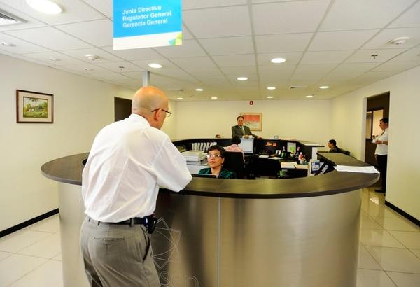La Aresep es la entidad encargada de fijar las tarifas de los servicios públicos y de regular su prestación. Su Junta Directiva cuenta con cinco miembros propietarios y es presidida por el regulador general. | ARCHIVO.