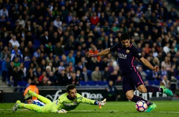 Luis Suárez marca el tercer gol del Barcelona pese a la estirada del arquero Diego López.
