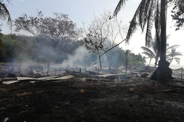 Las tres casas fueron consumidas por las llamas. El punto donde ocurrió el incendio es de muy difícil acceso. Foto: Alfonso Quesada