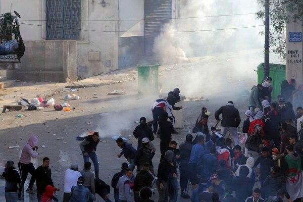 Protestantes se enfrentaron con oficiales de policía durante una manifestación contra el liderazgo del país, en Argel, Argelia, el viernes 12 de abril de 2019. Foto: AP