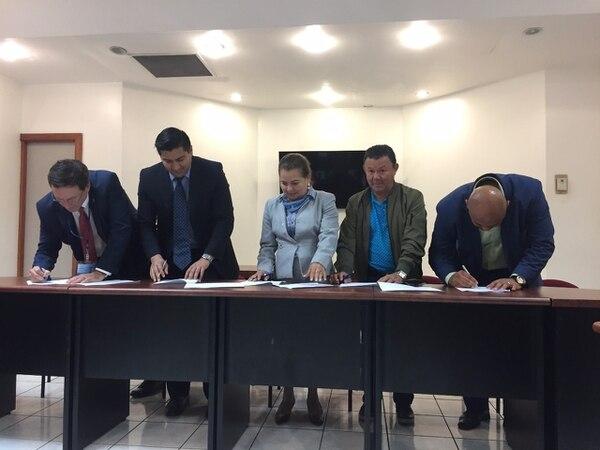 Autoridades de CCSS, Undeca y Sinae, así como del Ministerio de Trabajo, firman acuerdo que pone fin a 26 días de huelga en los servicios de salud como resultado de las protestas contra la reforma fiscal. Foto: Ministerio de Trabajo para LN