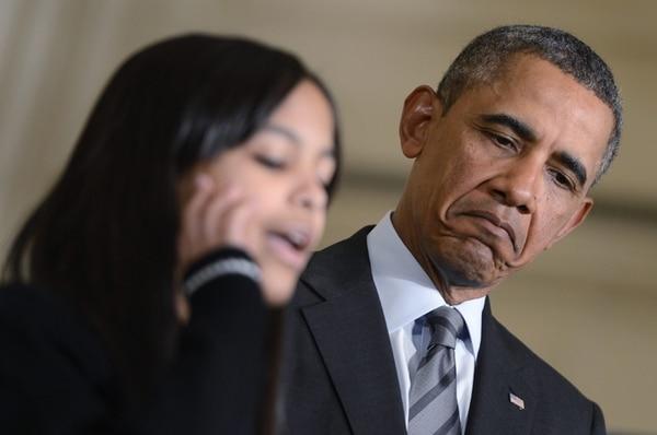 Obama escucha a la estudiante Kiara Molina durante la presentación de una propuesta antipobreza.   AFP.