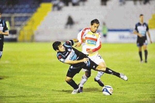 Los brumosos hilvanaron su noveno juego sin victoria del campeonato. Acá José Sánchez, de Herediano, marca a Pablo Brenes. | RAFAEL PACHECO PARA LN