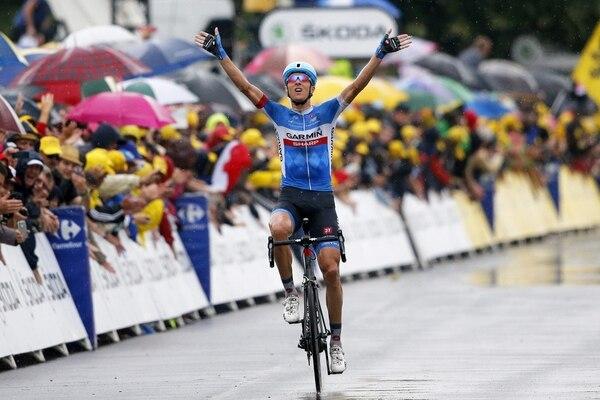 El ciclista lituano del equipo Garmin Sharp, Ramunas Navardauskas, celebra la victoria conseguida en la decimonovena etapa del Tour de Francia.