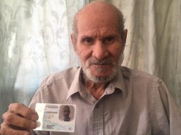 Don Rafael Angel Gonzales Barrientos ya cuenta con su cédula de identidad, luego de que perdiera todos sus documentos de identificación. Foto: Pedro Martínez