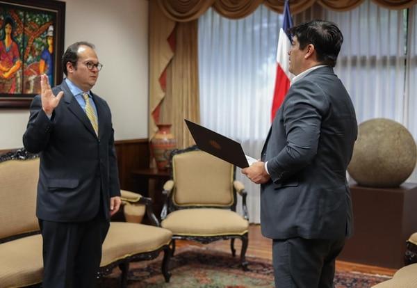 Isaac Castro Esquivel fue juramentado este 2 de junio. Este es el tercer viceministro de Ingresos que nombra el gobierno del presidente de la República, Carlos Alvarado, en lo que va del 2020. Foto: Presidencia