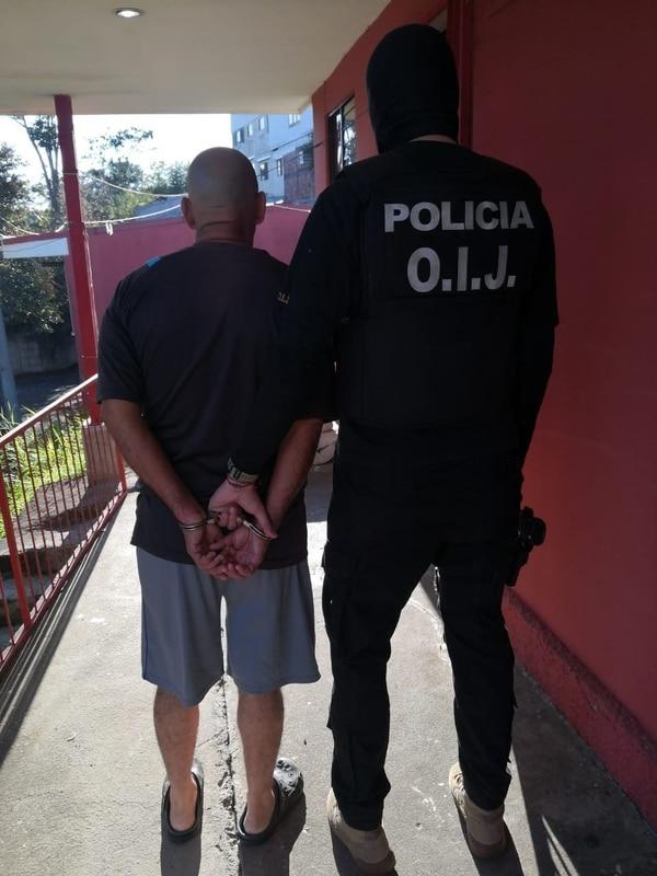 Detienen a hombre de apellido Arias por hacerse pasar por fiscal para allanar tres viviendas y un negocio. Foto OIJ.