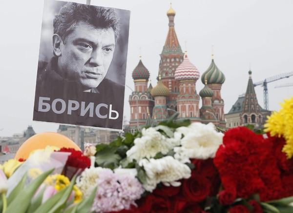 Un retrato del ex viceprimer ministro y líder de la oposición extraparlamentaria rusa, Boris Nemtsov, junto a unas flores en el lugar donde fue asesinado el 27 de febrero, en Moscú.   EFE
