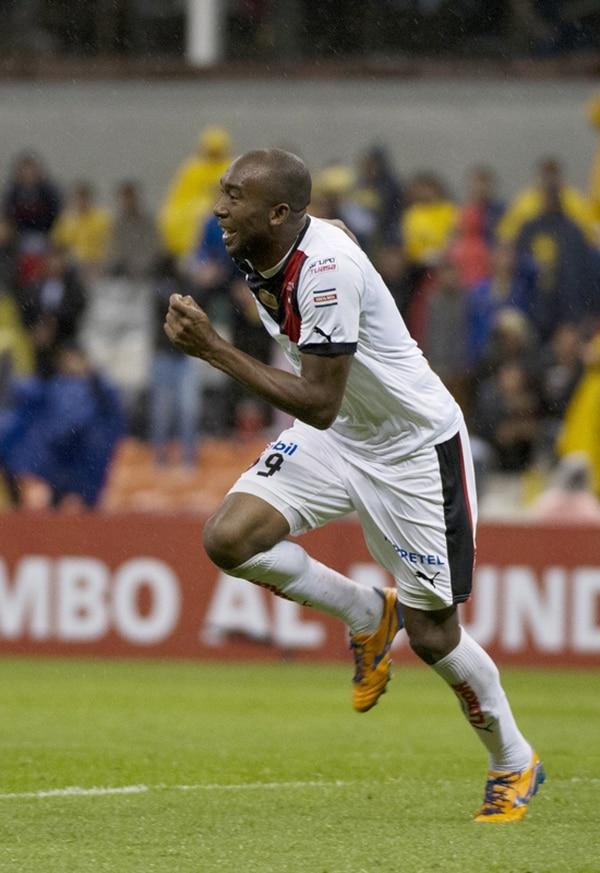 El ariete catracho Jerry Palacios celebra su gol ante al América, con el que la Liga consiguió el único triunfo de un club tico en el Estadio Azteca. | AFP