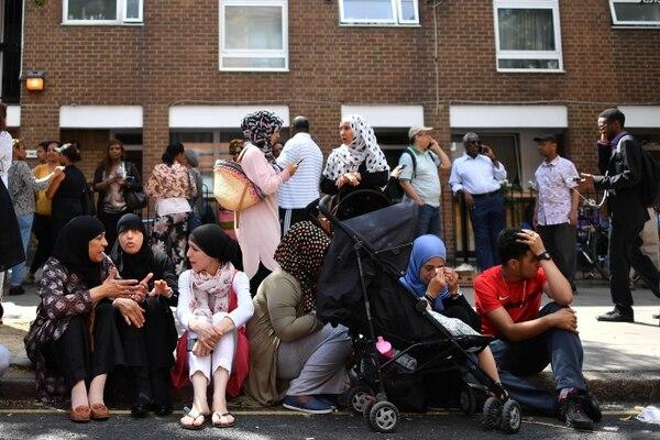 Personas afectadas por el incendio esperaban en las afueras del edificio de viviendas sociales en Londres.