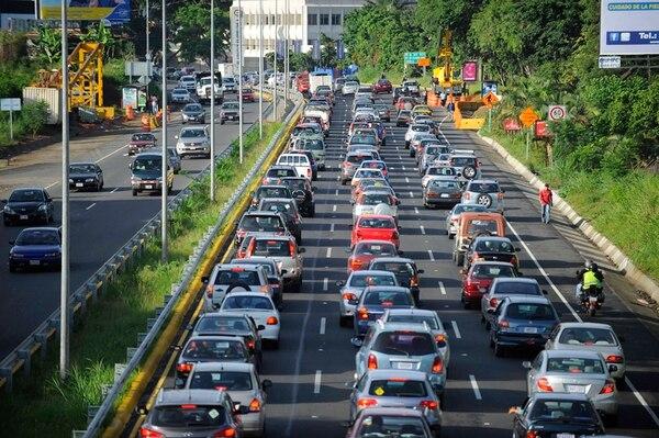 Más del 70% de los derivados del petróleo con que cuenta el país son consumidos por el sector transporte. Esa alta dependencia respecto de los combustibles fósiles contribuye a la deuda ecológica de Costa Rica.   CRÉDITO DE FOTOGRAFÍAS: JORGE CASTILLO, CARLOS GONZÁLEZ, PABLO MONTIEL, RAFAEL MURILLO Y JORGE NAVARRO.