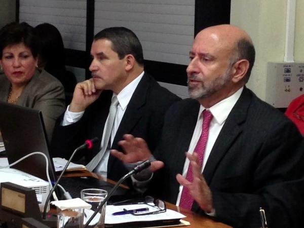El ministro Ayales (derecha) estuvo en la Asamblea Legislativa, acompañado por Jose Luis Araya, viceministro de Gasto.
