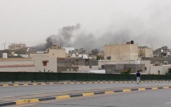 Columnas de humo emergen del edificio del Parlamento libio en Trípoli, atacado el domingo por una milicia armada.