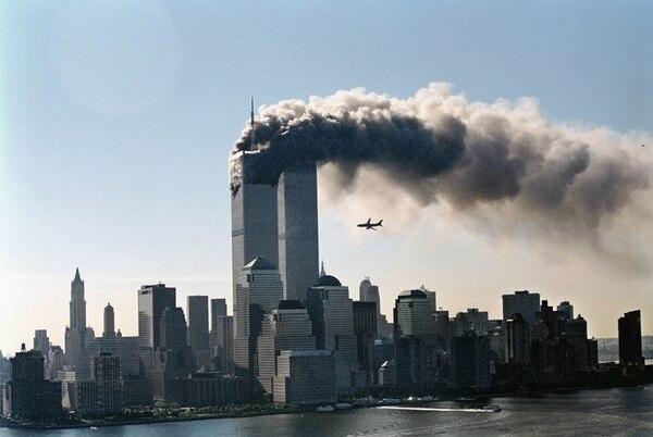 Fotografía del segundo avión secuestrado momentos antes de impactar contra la segunda torre del World Trade Center el 11 de septiembre de 2001. (photo credit: Masatomo Kuriya/Corbis)