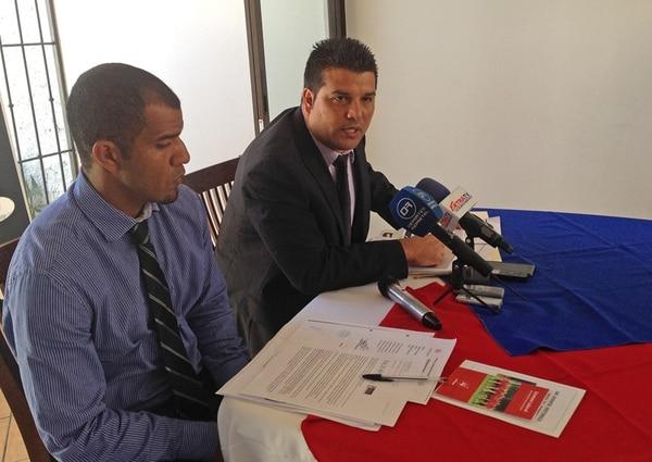 Steven Bryce, director de Asojupro, y Alejandro Sequeira, jerarca de la entidad, ayer en conferencia de prensa.   JUAN DIEGO VILLARREAL
