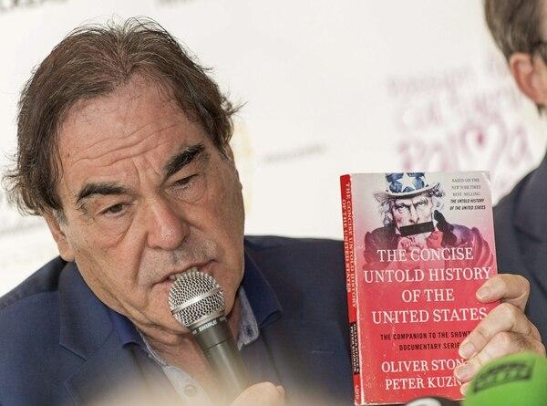 Oliver Stone aprovechó para promocionar el libro 'La historia silenciada de los Estados Unidos'.