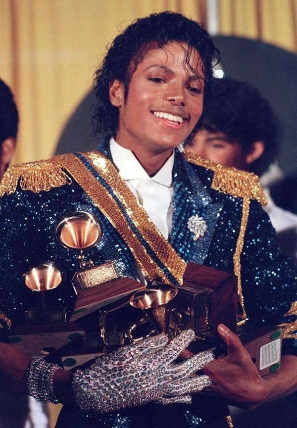A manos llenas. Michael Jackson recibió ocho premios Grammy en 1984 por su álbum Thriller , el cual trabajó al lado de Quincy Jones. AP