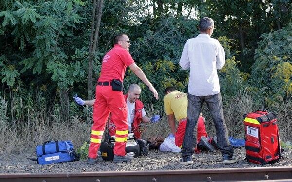 Médicos ayudan a un migrante cerca de Bicske, Hungría. | AP