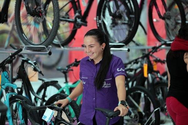 Ciclo Boutique tiene trabajadores de diferentes nacionalidades y eso es una tradición de los últimos 30 años. Andrea Castillo Jiménez viaja diariamente en bicicleta desde Higuito, San Miguel de Desamparados. Foto: Alonso Tenorio