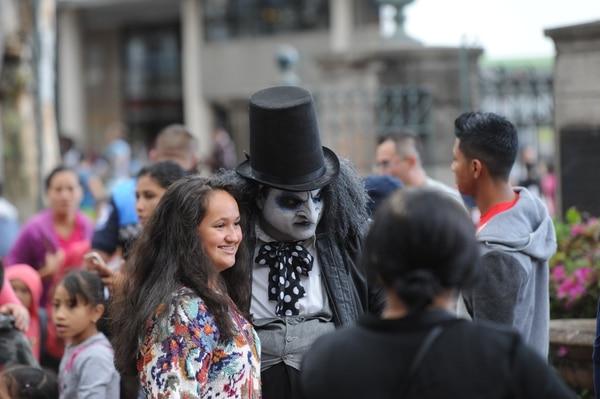 Aymará Fernández aprovechó la exhibición de 'cosplay' para guardar un recuerdo con el Pingüino, el conocido enemigo de Batman. Foto: Melissa Fernández.