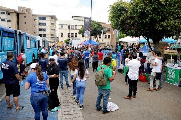 Como parte del programa de Chepe se baña, voluntarios, personal de empresas privadas y del Hospital San Juan de Dios dieron asistencia a los habitantes de la calle en el parque de La Merced. Fotos Melissa Fernández